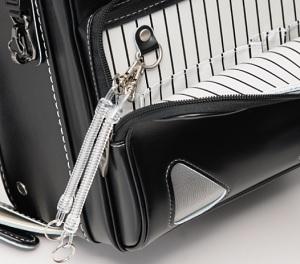 ランドセルに鍵を取り付ける場合には、外から見えない位置につけるのが安全です。